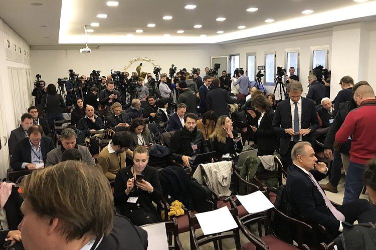 会見40分ほど前には約120席の椅子が満席に
