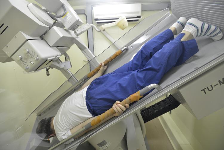 企業の健康診断で胃部X線検査(胃部レントゲン)を受ける会社員(東京都)