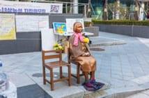 ソウルの日本大使館前に設置されている少女像(時事通信フォト)