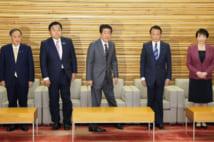 閣議に挑む閣僚たち(時事通信フォト)