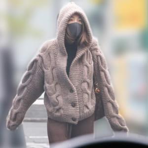 昨年11月下旬、顔を隠して外出する木下優樹菜