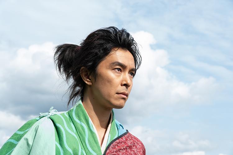 テーマカラーの青と緑で、「竹のようにまっすぐな性格」を表す竹と笹がイメージされるなど、色彩美しい衣装にも注目!