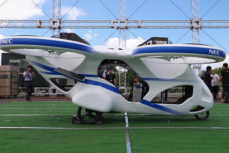 NECが試作した「空飛ぶクルマ」(時事通信フォト)