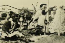 北方少数民族資料館「ジャッカ・ドフニ」起工式。右が、ウィルタのゲンダーヌ(写真/北海道立北方民族博物館所蔵)