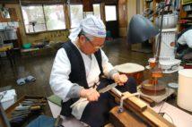 ほぼ365日、鍛刀場で刀作りに専念する河内さん