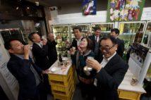 壁に貼られた相撲の錦絵が見下ろす店内ではP箱を3段積んだテーブルを囲み、客たちが盛り上がる