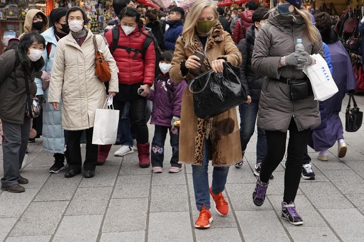 訪日客激減に加えてマスク姿の外国人も目立つように(時事通信フォト)