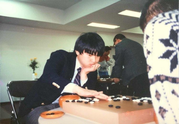 大学囲碁部で学生に指導碁を打つ依田九段(20歳のとき)