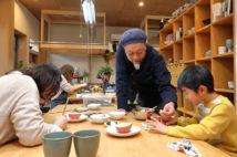 縫製工場をリノベした自宅兼アトリエは、アートを楽しむ人たちで本日も大にぎわい