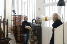 パリの暮らしとインテリア[4] アーティスト夫婦が暮らす歴史的集合住宅。旅のオブジェに囲まれて