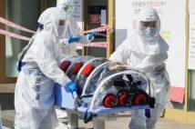 2月19日、韓国・大邱の大学病院に搬送される患者(EPA=時事)