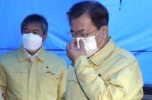 ソウルの保健所の視察をするマスク姿の文在寅大統領(EPA=時事)