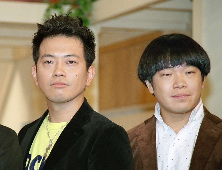 2012年、レギュラー出演する新番組の会見に出席した雨上がり決死隊の宮迫博之(左)と蛍原徹(時事通信フォト)