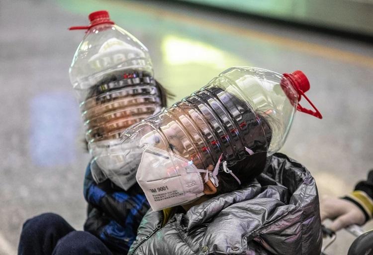 広州白雲国際空港の乗客にはこんな姿も見受けられた(EPA=時事)