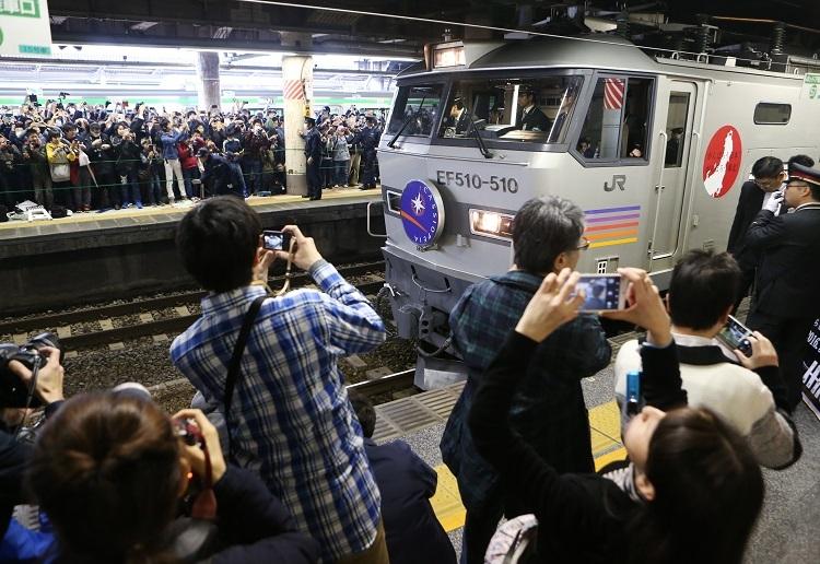 上野発の寝台特急「カシオペア」最終列車(2016年)に約2000人の鉄道ファンが集まり、デジカメやスマホで撮影する姿が目立った(時事通信フォト)