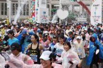 東京マラソン2019でハート型の紙吹雪が舞う中スタートするランナーたち。今年はこのような光景は見られない(時事通信フォト)