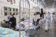 中国湖北省武漢市の臨時収容施設に収容された新型コロナウイルスによる肺炎の軽症患者(中国湖南省武漢=時事通信フォト)