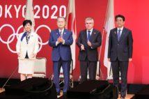 右から安倍首相、トーマス・バッハIOC会長、森喜朗東京オリンピック・パラリンピック組織委員会会長、小池百合子東京都知事(2019年7月)