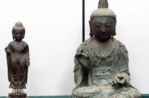 対馬から盗み出された海神神社の「銅像如来立像」(左)と観音寺の「銅造観世音菩薩坐像」。右の一体は韓国から返還されていない(Yonhap/AFLO)