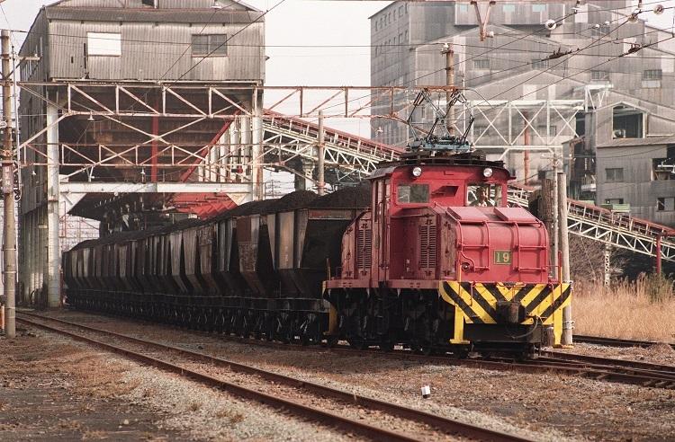 閉山直前の三池炭鉱の引込線に入った石炭運搬用列車(時事通信フォト)