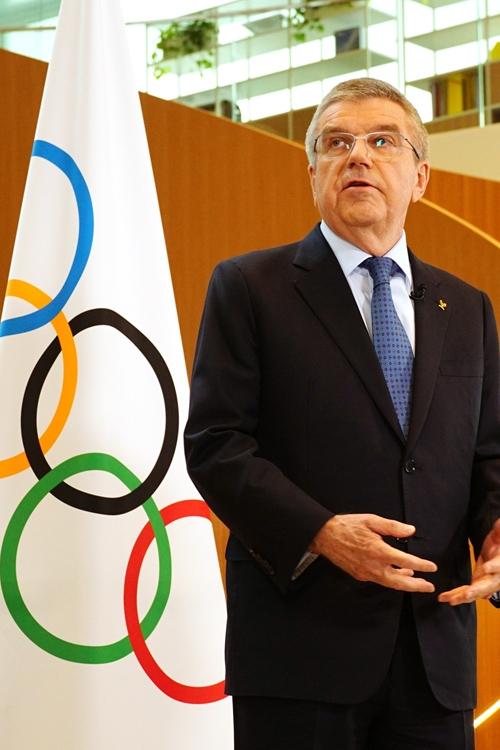 予定通りの五輪開催を強調するIOCのバッハ会長だが…(時事通信フォト)
