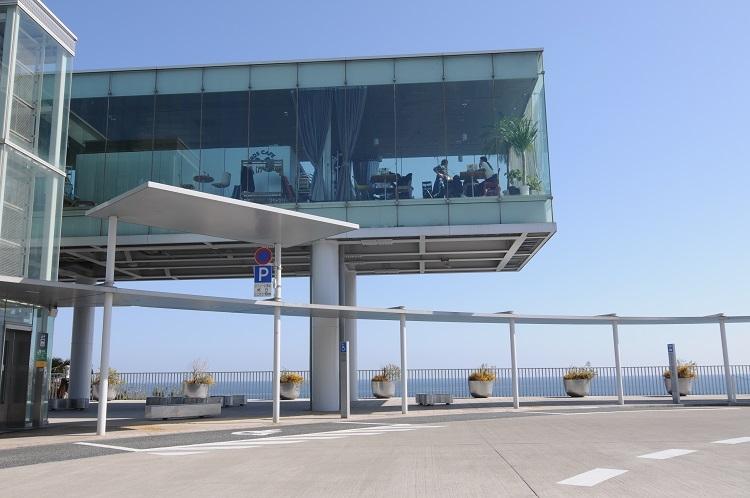 妹島和世さんがデザイン監修者を務めた日立駅。太平洋を望むロケーションとモダンな駅舎が人気