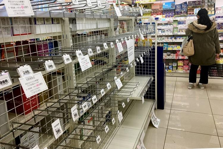 薬局で品切れのマスク売り場(時事通信フォト)