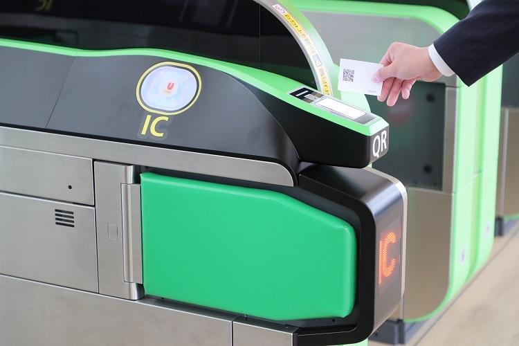 ICカードタッチ部分に加えQRコード読み取り部分も搭載されている高輪ゲートウェイ駅の改札機(時事通信フォト)