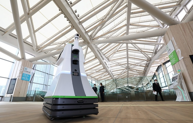 高輪ゲートウェイ駅に試験的に配備されるロボット(時事通信フォト)