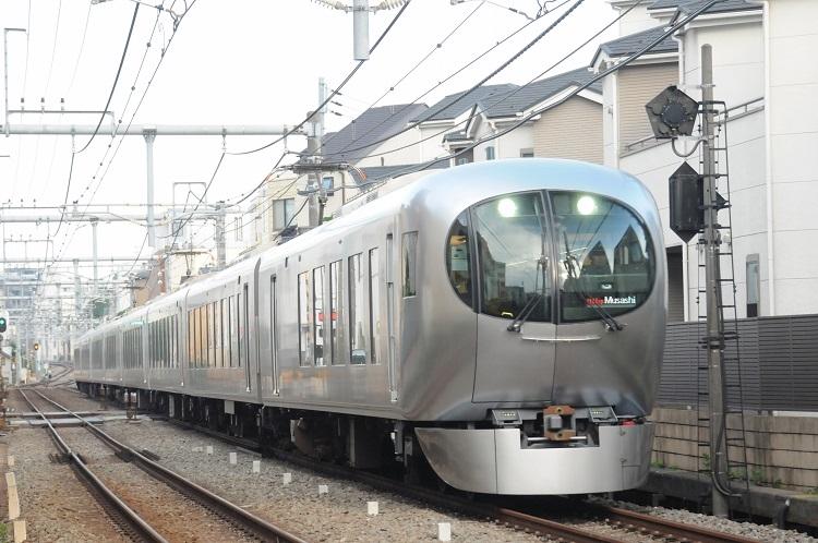妹島和世さんがデザインした西武の新型特急。これまでのイメージを覆す鉄道車両と話題に