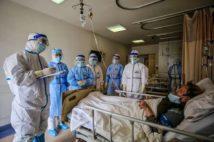 中国・武漢の赤十字病院で治療を受ける男性(AFP=時事)