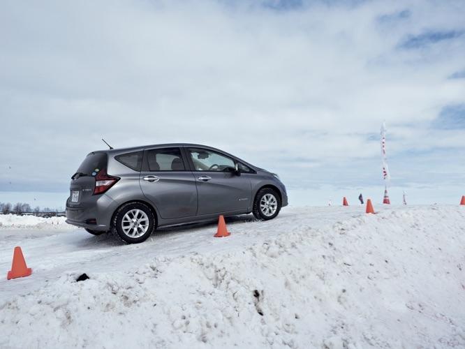 2WDでは登れない雪の坂道を後輪モーターを搭載したノートe-Power 4WDはグイグイ登る