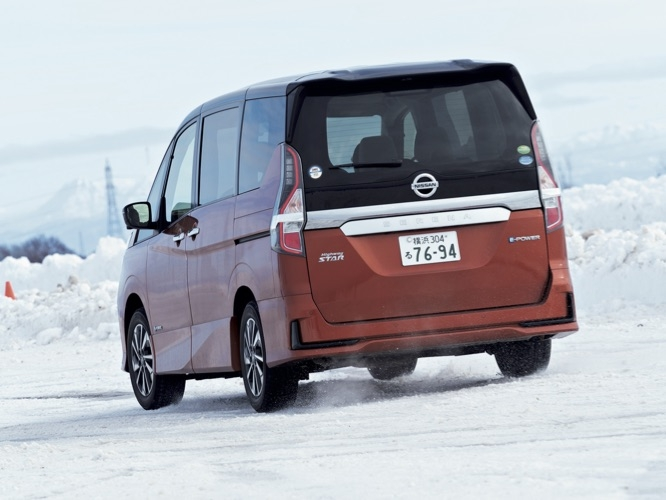 セレナe-Powerも電動車両の強みで、雪道であることを感じさせない走りを実現