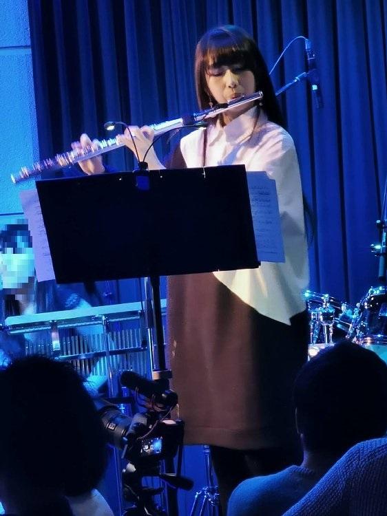 フルートを演奏するCocomi(2020年1月)