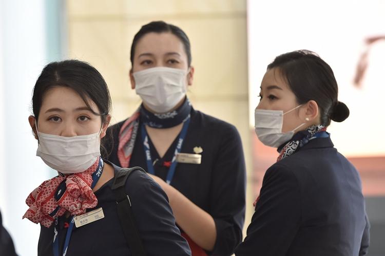 マスク姿の中国東方航空CA(AFP=時事通信フォト)