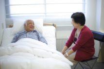 見舞いは患者と家族の心の支え(AFLO)