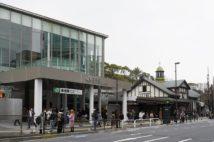 原宿駅の新駅舎(手前)と旧駅舎(時事通信フォト)