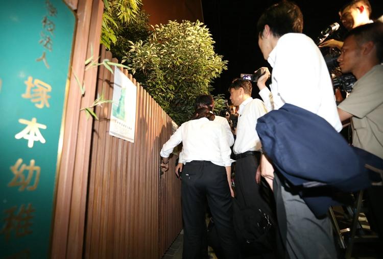 森友運営の幼稚園を家宅捜索する大阪地検特捜部(時事通信フォト)
