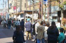 開店前のスーパーに並ぶ人々(時事通信フォト)