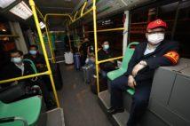 武漢で再開されたバス。利用者はマスクの着用、氏名とQRコードの登録、乗車前の検温が求められる(Avalon/時事通信フォト)