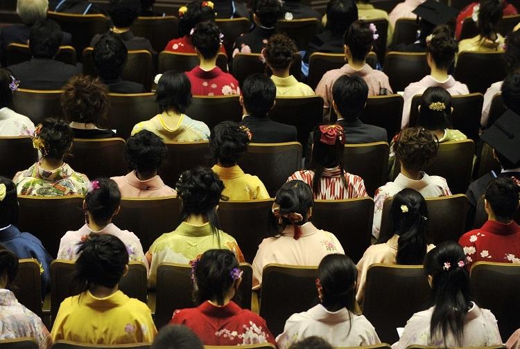 卒業式も中止。写真は2008年東京大学卒業式(時事通信フォト)