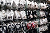 多数の靴が売られている無印良品