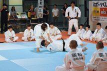 競技人口拡大のため、少年への指導は盛んに行われている(時事通信フォト)
