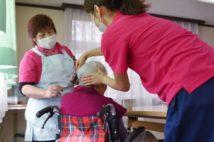 多くの高齢者施設では入念な感染対策をしている(時事通信フォト)