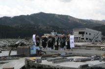 震災後、津波に襲われた街で追悼行脚する宗教者たち(2011年4月28日。写真提供:金田諦應)