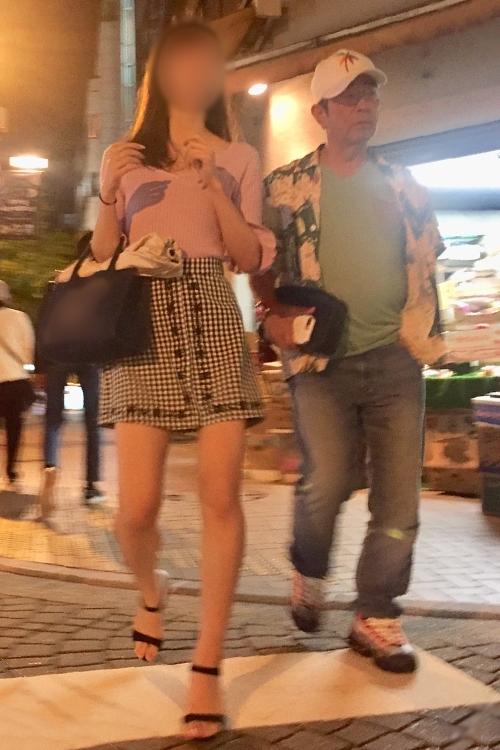 2018年、麻布十番を女性と歩く志村さん