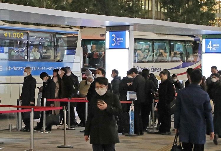 マスクを着用した乗客が目立つ高速バス乗り場(時事通信フォト)