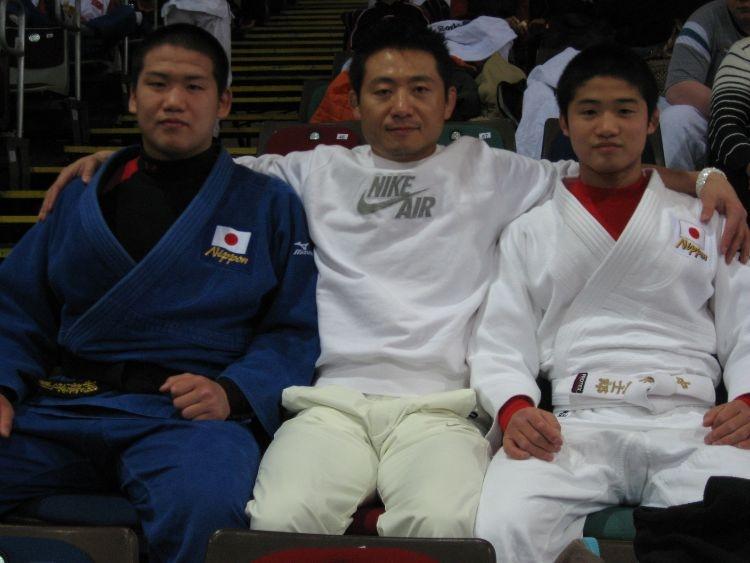 父・顕志氏は2人の息子に厳しく指導した(右が城志郎。左は兄の剛毅。顕志氏提供)