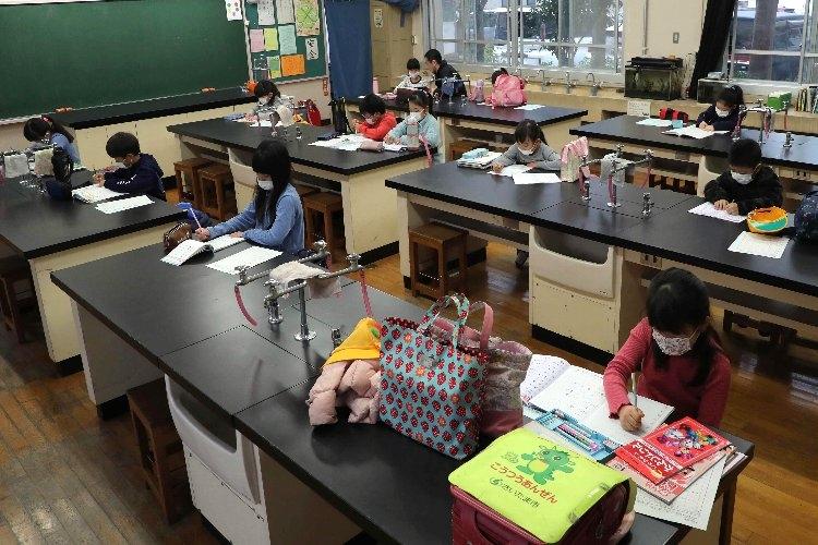 臨時休校中に学校を開放するところもあるが、通常授業の再開は程遠い(時事通信フォト)
