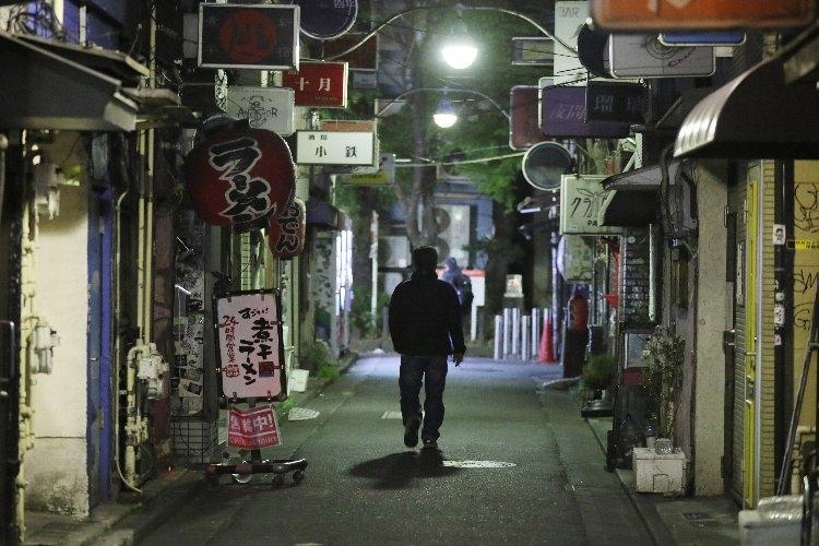 休業店舗が多く閑散とする新宿ゴールデン街(時事通信フォト)